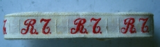 1 Initiaal - Lint R.T.  Lint 1 cm breed