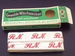 Initialen - Lint R.N.  Lint 1 cm breed