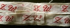 1 Initiaal - Lint Z.W.  Lint 1 cm breed