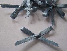 4  blauwe strikjes  3 mm