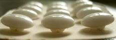 12 Glasknopen op orgineel kaartje- beige  15 mm