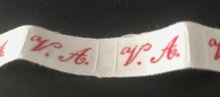 1 Initiaal - Lint V.A. Lint 1 cm breed