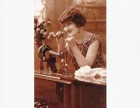 Vrouw achter naaimachine 10 x 14,5 cm